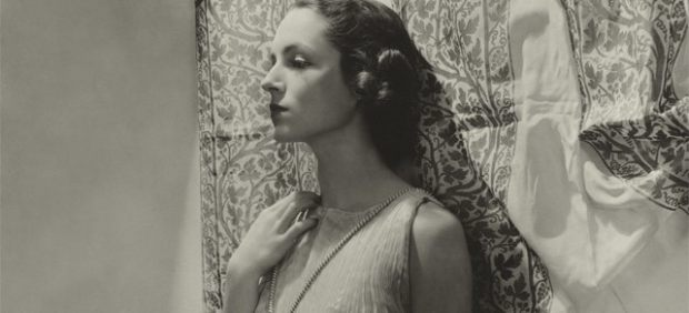 ´Mrs. William Wetmore modeling a Delphos gown in front of Fortuny fabric. Originally published in Vogue , December 15, 1935´