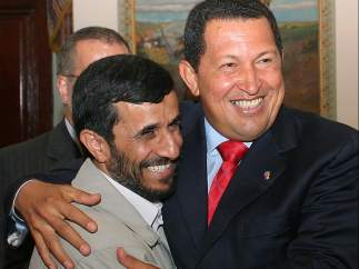 Chávez abraza a Ahmadineyad