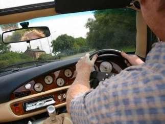 Un conductor, al volante.