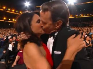 El beso entre Bryan Cranston y Julia Louis-Dreyfus