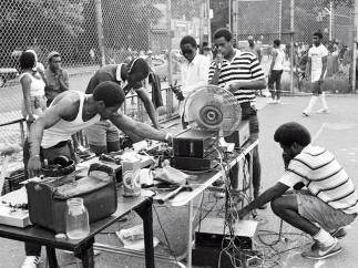 ´G-Man and his crew set up for a park jam in the Patterson Playground, Bronx´, 1983