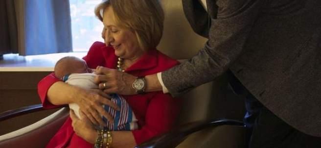 Hillary Clinton presume de nieta en Twitter