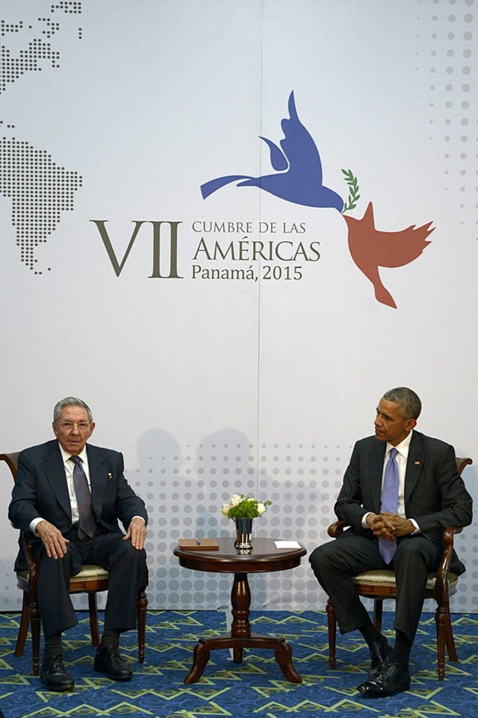 Obama se reúne con Raúl Castro. Los presidentes Obama y Castro durante la Cumbre de las Américas 2015.