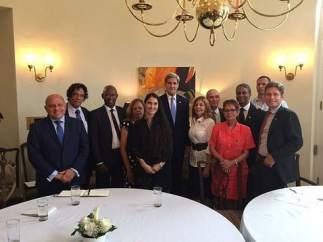 Kerry con activstas cubanos