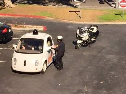Un coche de Google libra una multa en California